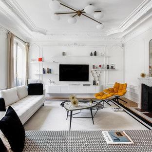 Inspiration för ett vintage vardagsrum, med vita väggar, marmorgolv, en standard öppen spis och brunt golv