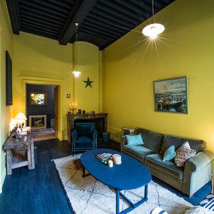Aménagement d'un salon éclectique fermé et de taille moyenne avec une salle de réception, un mur jaune, une cheminée standard et un téléviseur indépendant.