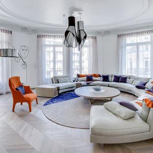 Exemple d'un salon tendance fermé avec une salle de réception, un mur blanc, un sol en bois brun, une cheminée standard et un sol beige.
