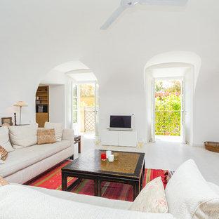 Cette image montre un salon design avec un mur blanc, un sol en bois peint et un téléviseur indépendant.