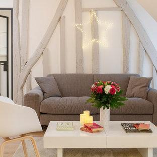 Cette photo montre un salon scandinave de taille moyenne et ouvert avec un mur blanc, un sol en bois clair, aucune cheminée et aucun téléviseur.
