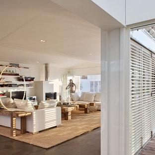 マルセイユの大きいビーチスタイルのおしゃれなLDK (ライブラリー、白い壁、セラミックタイルの床、標準型暖炉、据え置き型テレビ) の写真