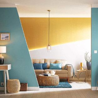 Imagen de salón abierto, contemporáneo, de tamaño medio, sin televisor, con paredes azules y suelo de madera clara