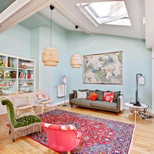 Réalisation d'un grand salon ethnique ouvert avec un sol en bois brun, un sol marron, un mur bleu et aucun téléviseur.