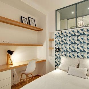 Aménagement d'un salon contemporain avec un mur blanc et un sol en bois brun.