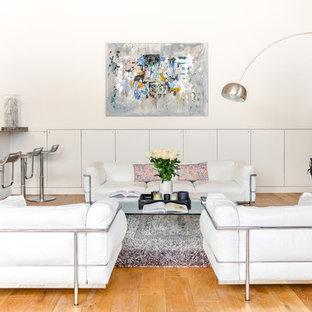 Idées déco pour un grand salon contemporain ouvert avec un bar de salon, un mur blanc, un sol en bois clair, aucune cheminée, un téléviseur fixé au mur et un sol marron.