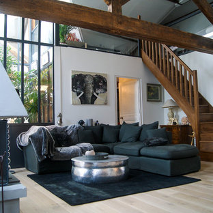 Foto di un grande soggiorno country aperto con pareti bianche, parquet chiaro, nessun camino e nessuna TV
