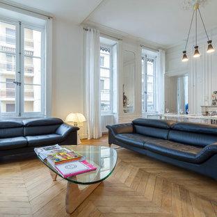 Idées déco pour un salon contemporain ouvert et de taille moyenne avec un mur blanc, un sol en bois clair et une cheminée standard.