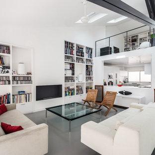 Cette photo montre un salon tendance avec un mur blanc, béton au sol, une cheminée ribbon et un sol gris.