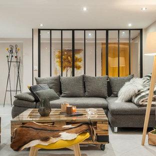 Aménagement d'un grand salon industriel ouvert avec un mur beige, un sol en carrelage de céramique, aucune cheminée et un sol blanc.