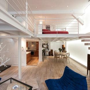 Idées déco pour un grand salon contemporain avec un mur blanc, un sol en bois clair, aucune cheminée et aucun téléviseur.