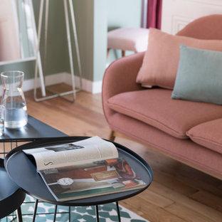 Esempio di un soggiorno design con pareti verdi e parquet chiaro
