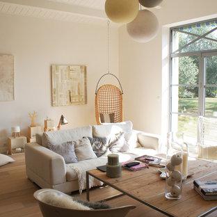 ナントの中サイズのコンテンポラリースタイルのおしゃれなLDK (白い壁、暖炉なし、テレビなし、淡色無垢フローリング) の写真