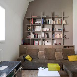 Idée de décoration pour un salon design avec un mur beige et un sol en bois brun.