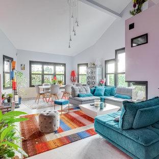 Cette image montre un salon design ouvert avec un mur rose, un sol blanc et un plafond voûté.