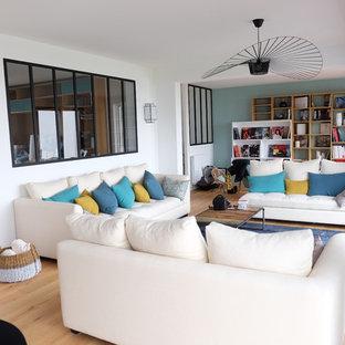 Esempio di un soggiorno minimal di medie dimensioni e aperto con pareti blu, pavimento in laminato, nessuna TV e pavimento giallo