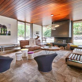 Inspiration pour un salon vintage avec une salle de réception, un mur blanc, aucun téléviseur et un sol marron.