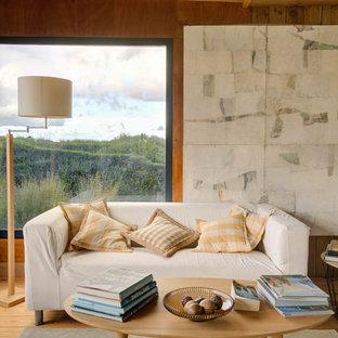 Inspiration pour un salon marin avec un mur marron, un sol en bois brun et un sol marron.
