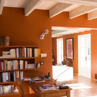 Foto di un grande soggiorno minimal stile loft con libreria, pareti bianche, pavimento in terracotta, camino lineare Ribbon, cornice del camino in intonaco e pavimento arancione