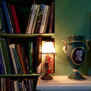 Ispirazione per un soggiorno country di medie dimensioni e chiuso con libreria, pareti verdi, stufa a legna, cornice del camino in pietra, TV autoportante e pavimento in terracotta