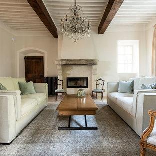 Exemple d'un salon romantique avec une salle de réception, un mur blanc et une cheminée ribbon.