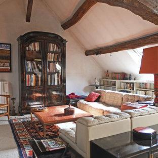 Exemple d'un grand salon avec une bibliothèque ou un coin lecture chic avec un mur blanc, moquette, aucune cheminée et aucun téléviseur.