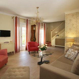 Aménagement d'un grand salon classique ouvert avec une salle de réception, aucune cheminée, un téléviseur fixé au mur et un mur jaune.