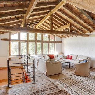 Aménagement d'un salon campagne de taille moyenne et ouvert avec un mur blanc, un sol en bois brun, aucune cheminée, aucun téléviseur et un sol marron.