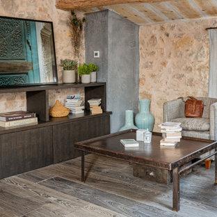 Cette photo montre un salon méditerranéen de taille moyenne et ouvert avec un mur beige, un sol en bois foncé, aucune cheminée, aucun téléviseur, un sol marron et un plafond voûté.