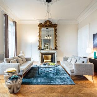 Aménagement d'un salon contemporain avec une salle de réception, un mur beige, un sol en bois brun et une cheminée standard.