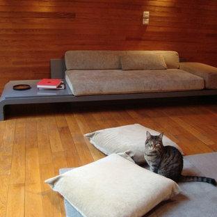 Foto di un grande soggiorno etnico chiuso con pareti beige, parquet chiaro, nessun camino, nessuna TV e pavimento beige