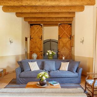 Aménagement d'un grand salon méditerranéen fermé avec un mur beige, aucun téléviseur, un sol beige, une salle de réception et aucune cheminée.