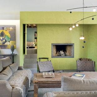 Idée de décoration pour un grand salon bohème fermé avec un mur vert, une cheminée standard, une salle de réception et aucun téléviseur.