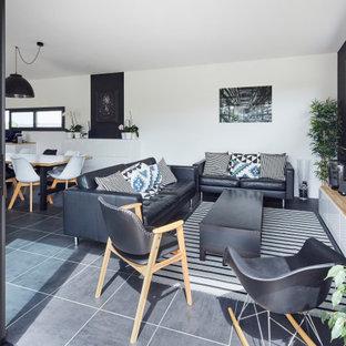 Idées déco pour un salon contemporain de taille moyenne et ouvert avec un mur blanc, aucune cheminée, un téléviseur indépendant et un sol noir.