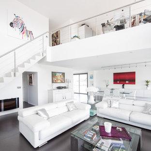 Cette image montre un grand salon design avec une salle de réception, un mur blanc, aucun téléviseur et une cheminée ribbon.