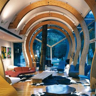 Idées déco pour un salon contemporain de taille moyenne et fermé avec une salle de réception, un sol en bois clair, un mur blanc, aucune cheminée et aucun téléviseur.