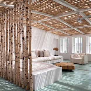 Ejemplo de salón costero, de tamaño medio, con suelo de madera pintada y suelo turquesa