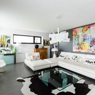 Idée de décoration pour un salon design de taille moyenne et ouvert avec un mur gris, un sol en carrelage de céramique, un téléviseur indépendant et un sol gris.