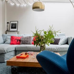 Réalisation d'un salon design avec une salle de réception, un mur blanc et un sol bleu.
