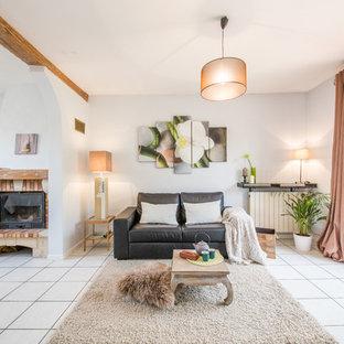 Aménagement d'un grand salon méditerranéen ouvert avec une salle de réception, un mur blanc, une cheminée standard, un manteau de cheminée en brique, un sol en carrelage de céramique et aucun téléviseur.
