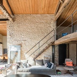 Cette photo montre un salon méditerranéen ouvert avec un mur beige.