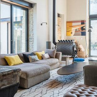 Idée de décoration pour un salon méditerranéen avec un mur blanc et un poêle à bois.
