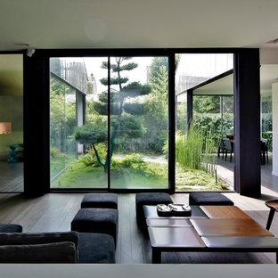 Aménagement d'un grand salon moderne ouvert avec une salle de réception, un mur blanc, aucune cheminée et aucun téléviseur.