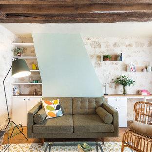 Idées déco pour un grand salon scandinave fermé avec un sol en bois brun, une salle de réception, un mur vert, aucune cheminée et aucun téléviseur.