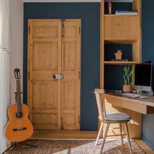 Idées déco pour un bureau classique avec un mur bleu, un sol en bois clair, un bureau intégré et un sol beige.