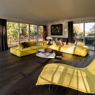 Immagine di un grande soggiorno contemporaneo aperto con parquet scuro, pavimento nero, sala formale e pareti bianche