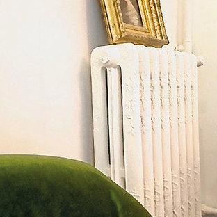 Immagine di un soggiorno country di medie dimensioni e aperto con sala formale, pareti bianche, pavimento in terracotta e pavimento rosa