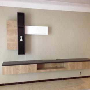 モンペリエの中サイズのコンテンポラリースタイルのおしゃれなLDK (ベージュの壁、セラミックタイルの床、暖炉なし、据え置き型テレビ、ベージュの床) の写真