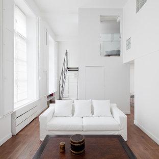 Exemple d'un petit salon moderne ouvert avec une salle de réception, un mur blanc, un sol en bois brun, aucune cheminée et aucun téléviseur.