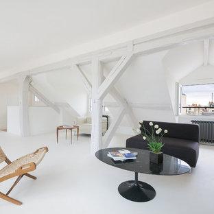 Aménagement d'un salon moderne avec un mur blanc.